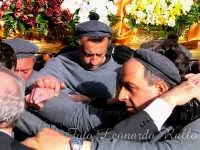 Uomini che portano sulle spalle i gruppi dei sacri misteri per le vie del centro storico della Città di Trapani   - Trapani (3587 clic)
