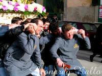 Uomini che portano sulle spalle i gruppi dei sacri misteri per le vie del centro storico della Città di Trapani   - Trapani (3706 clic)