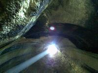 GROTTE DELLA  GURFA  grotta della gurfa, ampi locali scavati in una rupe di arenaria rossa,  due piani collegati da una camera detta grotta  a campana aperta alla sommità con un foro che ne consente l'illuminazione.    - Alia (6771 clic)