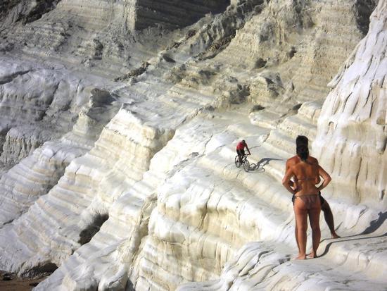 ciclista sulla scala..... - SCALA DEI TURCHI - inserita il 03-Oct-11
