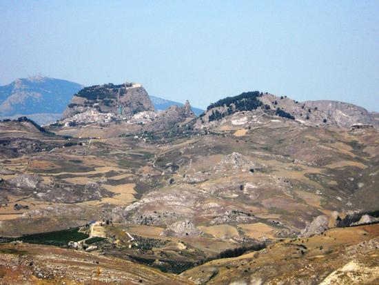 La Rocca di San Paolino, Pizzi di San Marco, Santa Croce avvolta dalla pineta e  sullo sfondo Monte Cammarata - SUTERA - inserita il 02-Sep-11
