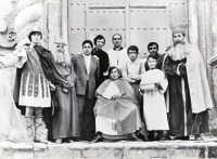 Foto ricordo gruppo di A.C.I.- Da sinistra:F.Verchiani,G.Scacciaferro,Totò Mirabile, G.Lombardi, don M.Giaccone,A.Di Benedetto, P.Coscino, L.Tortomasi. Seduto:S.Gendusa-Bar. Il ragazzino:G.Ragusa.  - Chiusa sclafani (8154 clic)