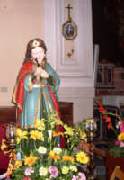 S. Giovina - Ogni anno, nei tre giorni successivi la Pentecoste, viene celebrata la festa del SS. Crocifisso, pregiata scultura lignea realizzata da Ignazio Marabitti , conservata nella Chiesa di S. Caterina.Il piccolo Crocifisso dei Miracoli, u Crucifisseddu di Chiusa, viene portato in processione insieme ad altre statue di Santi e, in tale occasione, un tempo si svolgeva la corsa dei cavalli nella via principale. (Totò Mirabile)  - Chiusa sclafani (6516 clic)