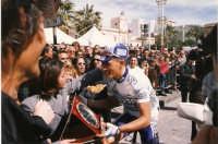 Avola piazza Umberto I° Marzo 2001 Giro Prov. SR quarta edizione L'avolese Paolo Tiralongo neo prof. premiato dalla fidanzata  - Avola (2654 clic)