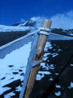 in collaborazione con Giuseppe Musumarra. Ghiaccio attaccato ad un paletto di legno infisso sull'Etna in prossimità del cratere centrale  - Etna (3105 clic)