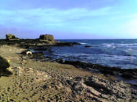 piccola insenatura con sullo sfondo la rocca e i ruderi  - Punta braccetto (5768 clic)