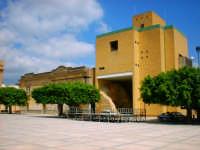 Municipio di Menfi - Particolare integrazione architettonica tra stili antico ed ultra moderno.  - Menfi (7430 clic)