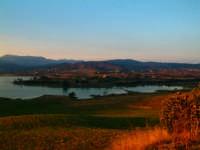 Vista del Lago al tramonto dalla strada per Portella della Ginestra.  - Piana degli albanesi (6528 clic)