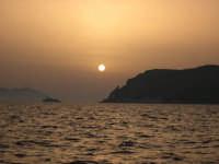 Tramonto velato tra le isole di Levanzo (destra) e Favignana (sinistra).  - Egadi (5107 clic)