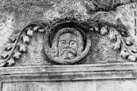 particolare decorativo di un vecchio edificio  - Melilli (4320 clic)