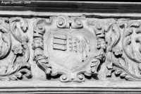 Basilica di S. Sebastiano - stemma raffigurante i simboli dell'antica tradizione mellifera della cittadina iblea   - Melilli (4360 clic)
