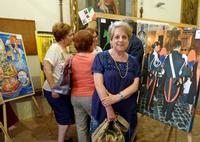 Maria Pia Lo Verso  e una sua foto in mostra  Dall'album I Carabinieri nella Storia- agosto 2014  - Valledolmo (2334 clic)