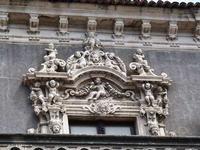 Palazzo Biscari   Altorilievi barocchi costituiti da puttini e altro del timpano di una finestra di Palazzo Biscari  - Catania (1203 clic)