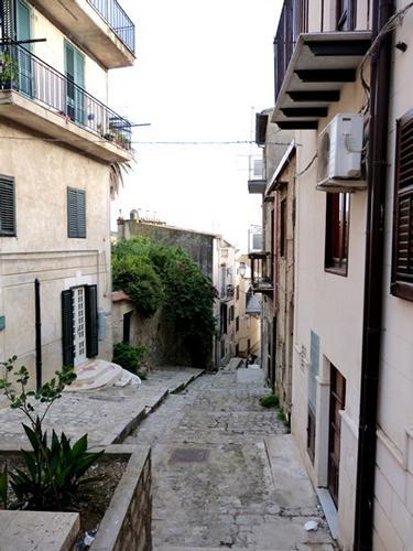 Una caratteristica  via di Valledolmo - VALLEDOLMO - inserita il 01-Sep-14
