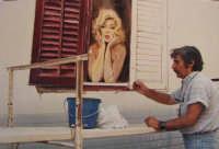Totò Bonanno e Marylin Monroe Totò Bonanno a Trappeto , in Via  Fiume , mentre dipinge un murale dedicato a Marylin Monroe  - estate 1995   - Trappeto (10033 clic)