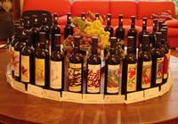 Bottiglie in esposizione dell'Al-Cantara Un gruppo di bottiglie dell'asta sono visibili le bottiglie fi Carlo Monastra, Alessandro Monti, Franco Mulas, Franco Nocera.  - San giovanni la punta (5757 clic)