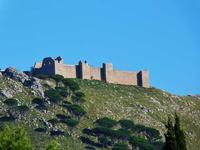 Il Castellaccio Il Castellaccio Normanno  (o Castello di San Benedetto)  del XII secolo sul Monte Caputo a San Martino delle scale. All'interno c'è la Chiesa, il monastero,il chiostro-- novembre 2013  - San martino delle scale (2478 clic)