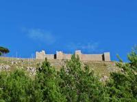 Il Castellaccio Il Castellaccio Normanno  (o Castello di San Benedetto)  del XII secolo sul Monte Caputo a San Martino delle scale. All'interno c'è la Chiesa, il monastero,il chiostro-- novembre 2013  - San martino delle scale (1915 clic)