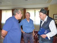 BLU  Ezio Pagano - Francesco M. Scorsone e Paolo Schiavocampo nella hall dell'Hotel della Valle ad Agrigento il 6 ottobre 2012  - Agrigento (1587 clic)