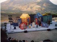 Teatro Greco Segesta il teatro greco - L'opera Il persiano - al centro Lello Arena  - Segesta (2149 clic)