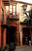 Cortile con moto al balcone   - Castelbuono (576 clic)