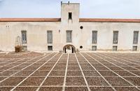 Baglio Case Di Stefano Il retro  del Museo delle Trame Mediterranee con bella pavimentazione.  - Gibellina (1136 clic)