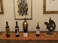La pinacoteca Alcune bottiglie di vino le cui etichette sono state realizzate in un'unica copia. si possono distinguere quela di Elena La Verde, Giuseppe Uzzaco e Bruno Caruso a destra una scultura di totò Vitrano e ala parete un carboncino di Lazzato  - Trappeto (2085 clic)