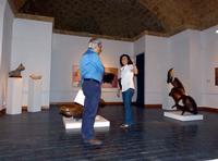 Padre e figlia  Agrigento -Fabbriche Chiaramontane    -Marcello e Vinny visitano la mostra di P.Schiavocampo   - Agrigento (712 clic)