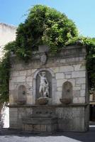 Fontana della Venere Ciprea La fontana della Venere Ciprea risale al sec. XV. La fontana fu ricostruita nel 1614 a seguito del ritrovamento delle statue nel corso del dissodamento delle terre del giardino dei Ventimiglia. Una lapide ricorda tale ritrovamento.   - Castelbuono (2521 clic)