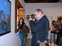 Museo degli Angeli - Aurelio e il suo angelo Aurelio Caruso fotografa il suo angelo sotto lo sguardo compiaciuto di Antonella Pomara.  - Sant'angelo di brolo (7771 clic)