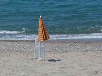 Più soli di così Un ombrellone che regge una sedia, tutti e due proiettano una sola ombra. E' il caso di dire due corpi e un'anima)  - Brolo (1749 clic)