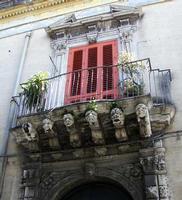 Balcone barocco. Balcone barocco sorretto da mensole chiamate cagnoli.  - Acireale (2544 clic)