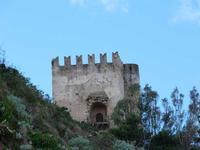 la torre del castello  la torre dai merli ghibellini del castello di brolo  - Brolo (1489 clic)