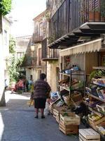 negozio di frutta e verdura Il negozio  è  accanto  alla  Fontana della  Venere  Ciprea.  - Castelbuono (2173 clic)