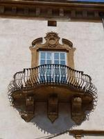 Balcone di Palazzo Grignani Balcone barocco  con ringhiera a forma  di petto d'oca.- Palazzo Grignani a Piazza Carmine -  agosto 2013 - Ph M.Pia Lo Verso  - Marsala (3395 clic)