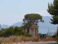 Tempietto di Vesta Le sterpaglie che avvolgono Il Tempietto di Vesta - a Villa Belmonte -lungo la Vi