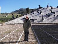 Francesco Scorsone e Mimmo Paladino Francesco Scorsone e sullo sfondo l'opera di Mimmo Paladino la montagna di sale  - Gibellina (2684 clic)