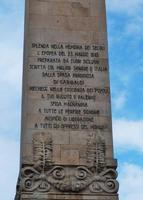 La scritta della stele di Piazza Vittorio Veneto a Palermo Questa scritta, dovrebbe fare riflettere