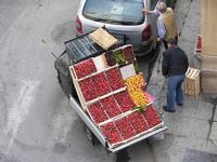 Venditore ambulante venditore ambulante con APE e frutta di stagione: fragole, ciliegie e nespole  -