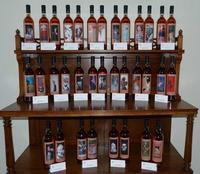 Le bottiglie per l'asta del 26 maggio 2013 Alcune delle 85 bottiglie in vendita per l'asta di vini le cui etichette sono state realizzate da fotografi professionisti e il cui ricavato sarà destinato all'infanzia abbandonata. Trappeto è una frazione di S.Giovanni La Punta (Catania)  - Trappeto (2441 clic)