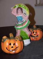 Pupaccena e zucche La tradizionale pupaccena (pupa di zucchero) siciliana familiarizza con la straniera zucca di Halloween- ottobre 2013  - Palermo (3348 clic)
