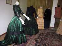 una delle sale della Fondazione La Verde La Malfa Fondazione La Verde La Malfa, Sala degli abiti d'epoca  - San giovanni la punta (6350 clic)