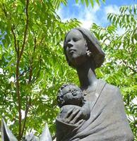 La madre madonita Part. della scultura in bronzo (1987) dello scultore Pietro Giambelluca posta all'inizio dell'abitato di Isnello. la foto è già stata pubblicata di recente ma l'ambientazione riduce la bellezza del volto della madre -  settembre 2011  - Isnello (2394 clic)