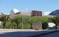 Chiesa Madre con cupola a sfera In basso scultura di Mimmo Rotella-  In alto la Chiesa Madre con grande cupola a sfera -   - Gibellina (710 clic)