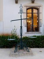 Villa Niscemi La bilancia per pesare granaglie posta all'ingresso della Cavallerizza della Villa Nis
