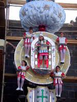 Il giorno di ferragosto dalle absibi di S. Maria si muove la VARA che è un carro allegorico-trionfale, alto quasi 20 metri, su diversi piani sovrastanti, ruotanti attorno ad un asse centrale. I misteri mariani della morte, l'assunzione e l'incoronazione, vengono raffigurati con circa 30 personaggi viventi, ragazzi e ragazze.  - Randazzo (9956 clic)