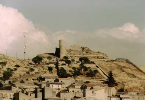Castello di Assoro da lontano - ASSORO - inserita il
