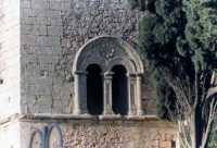 bifora romanica particolare architettonico  - Assoro (7522 clic)