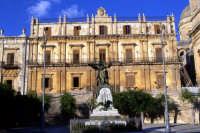 Palazzo Landolina e Monumento ai Caduti  - Noto (5873 clic)