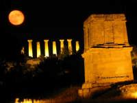 Suggestiva notte di mezza estate sul Cenotafio di Terone  - Agrigento (4044 clic)